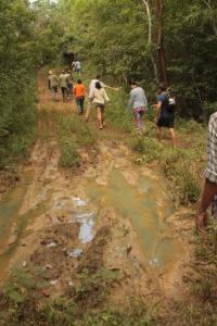 Esquivando el fango en la búsqueda de la cueva Canilla y el río.
